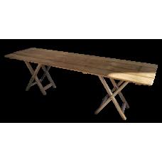 Tablero de madera antigua con banquillos